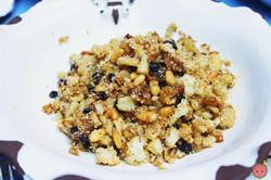 Cavolfiore_Palma_-_Sautéed_cauliflower_with_pine_nuts,_currants,_caramelized_onion_and_breadcrumbs
