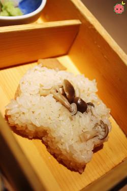 Pressed rice with shimeji mushroom