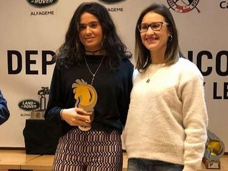 Carla de la Fuente recogiendo su premio en la Gala de la Federación Hípica de Castilla y León