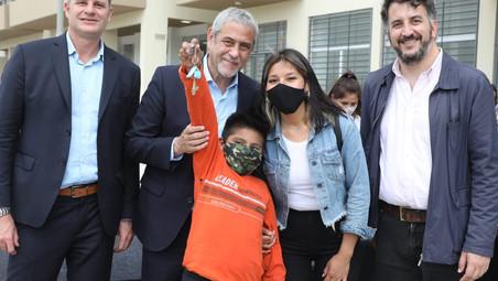 El ministro Ferraresi le otorgó las llaves de sus nuevos hogares a más familias