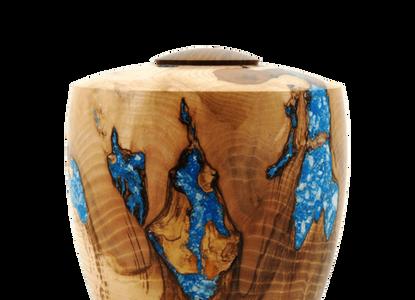 Kunstenaar Martin van der Wilt maakt urnen van hout.