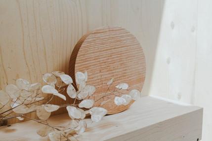 minimalistische houten schijven gemaakt van bomen uit de publieke ruimte die moesten worden gekapt. Foto door Tasja Van Rymenant