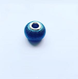 Een bedel voor aan je armband of ketting van As Creations, geheel naar jouw wens. Zoals hier in blauw met glitters.