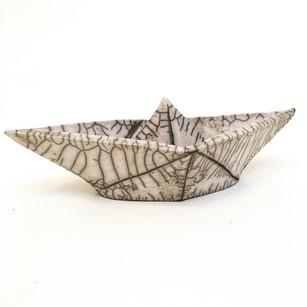 usanne Arnoldussen-Suermondt van De Urn maakt op basis van persoonlijke ontwerpen urnen en herdenkingsbeeldjes van keramiek.