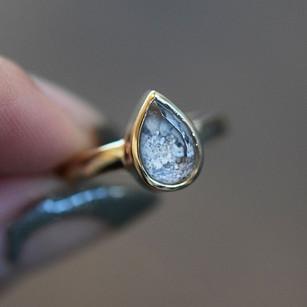 Je moet ervoor naar New York, maar daar vind je dan ook iets prachtigs: het Goldengrove atelier van Margaret Cross. De jonge edelsmid verwerkt as of haar in de prachtigste sieraden, zoals deze asring.