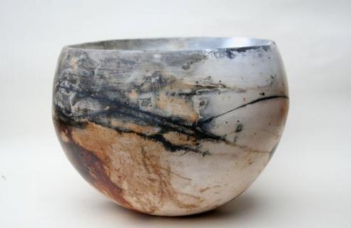 Urnen 'met een persoonlijk tintje'. Persoonlijke voorwerpen (bijvoorbeeld een foto, stof van kleding of een deel van het rouwboeket) kan zij met de urn mee laten stoken.
