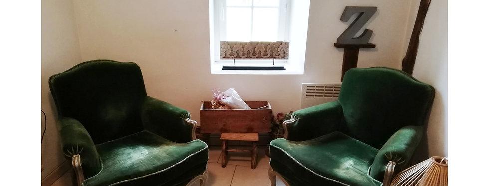 Deux grands fauteuils en velours vert (livraison 100€)