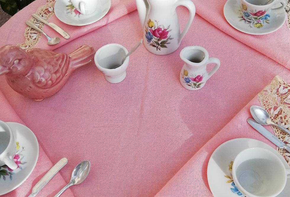 Dînette en porcelaine et nappe à thé