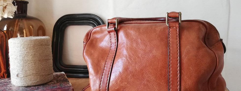 Petit sac vintage Ted Lapidus en cuir couleur cognac