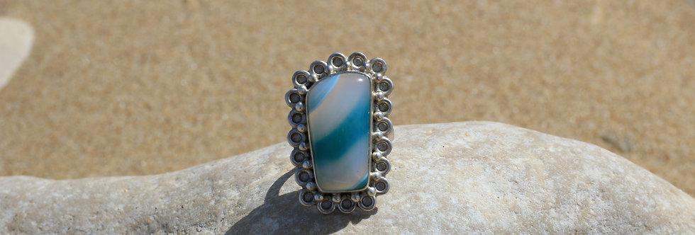 Bague en argent avec grosse pierre aux couleurs dégradées du gris au bleu