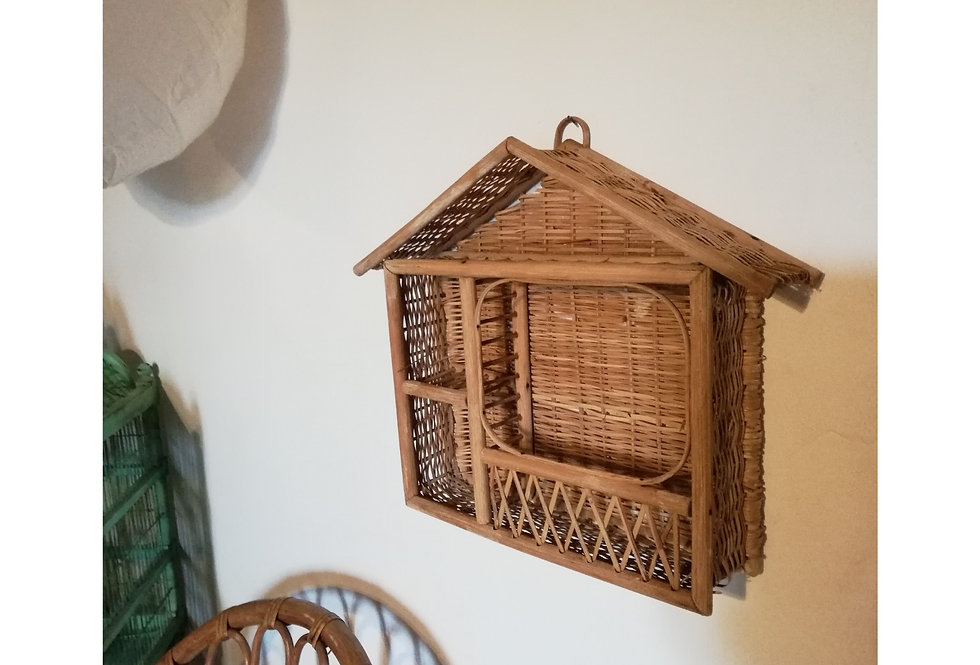 étagère en rotin en forme de maison