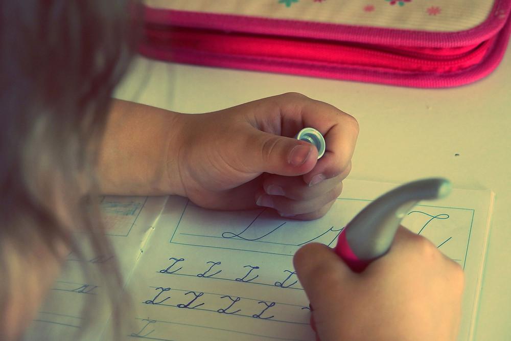 Ας μη πιέζουμε τα νήπια να μάθουν να γράφουν και να διαβάζουν λίγο πριν φοιτήσουν στο Δημοτικό!
