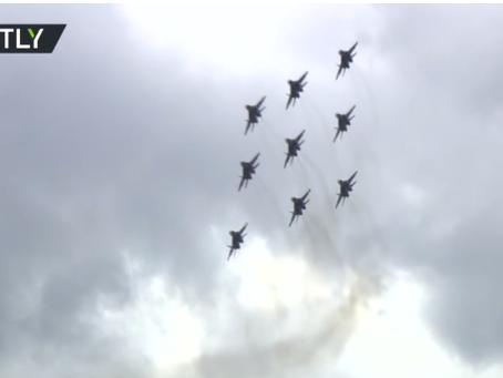 Παρακολουθείστε την ομάδα ακροβατικών Swifts της Ρωσίας να καταπλήσσει τα πλήθη