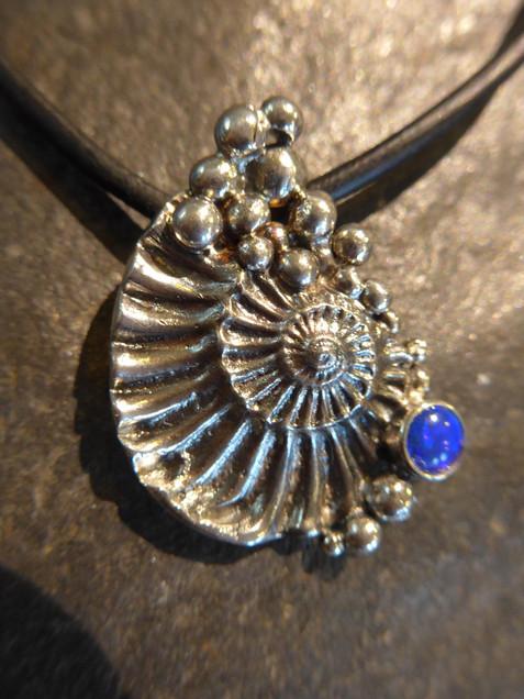 Ammonitanhänger mit Opal