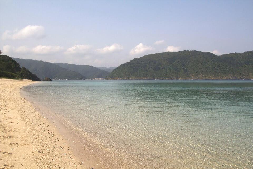 家族や友達とキャンプや海水浴も楽しめる『国直海岸』