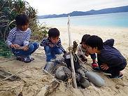 砂浜で火おこし体験 | 奄美子供サマーキャンプ(ガサムンキャンプ) | 奄美大島 崎原ビーチ『海大将』