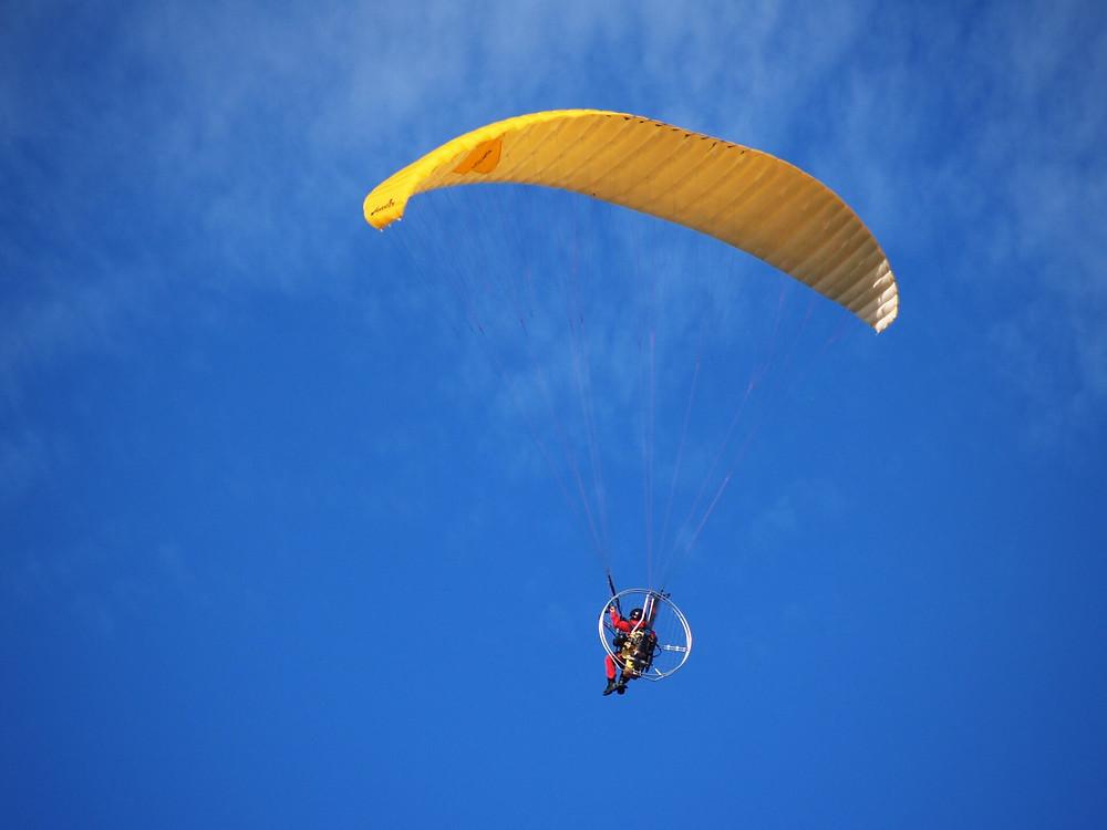 人気急上昇中!空撮も出来る奄美の空体験モーターパラグライダー