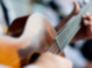 Homem que joga a guitarra
