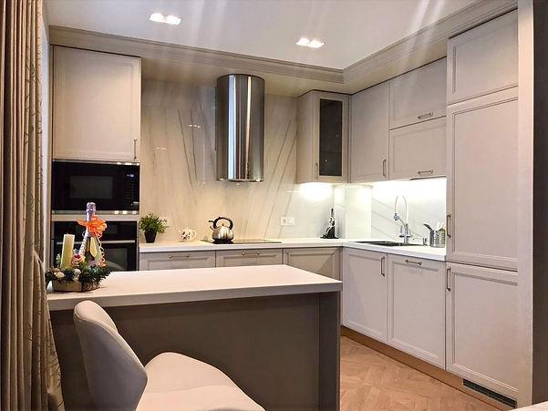 Кухонный гарнитур в стиле неоклассика до потолка