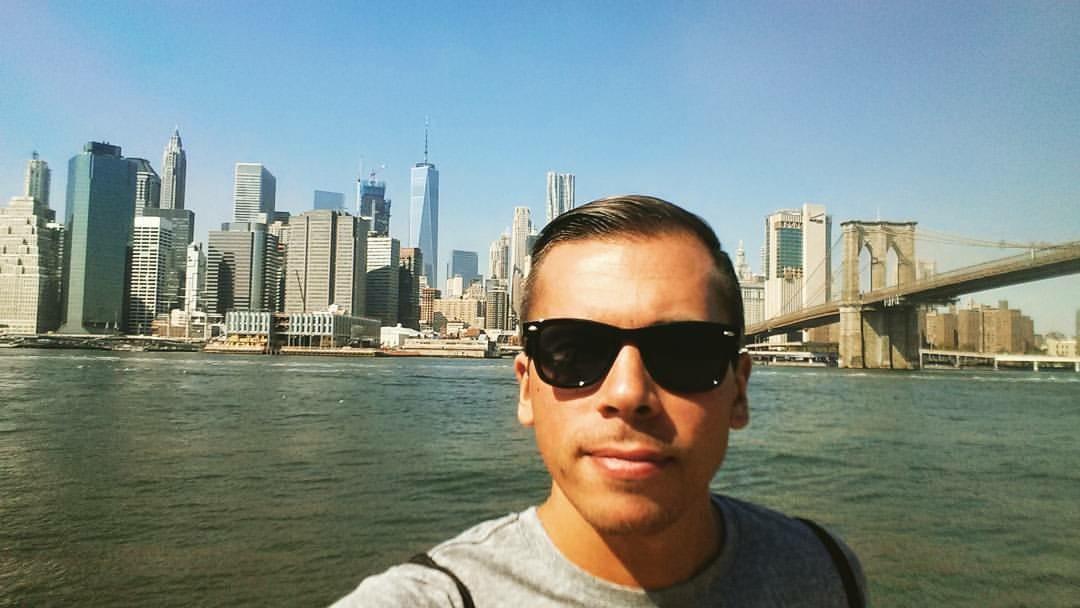 Damian na tle Nowego Jorku