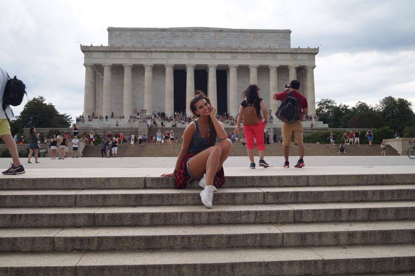 Aleksandra przy Lincoln Memorial