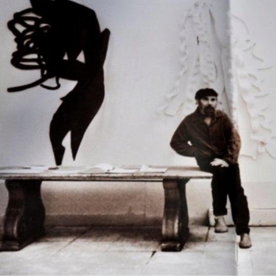 Frans Krajcberg avec ces deux oeuvres (série Ombre portées), 1980's