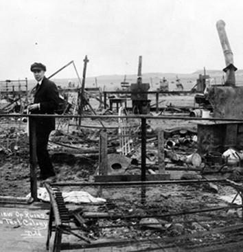 Vue arrière des ruines après le massacre