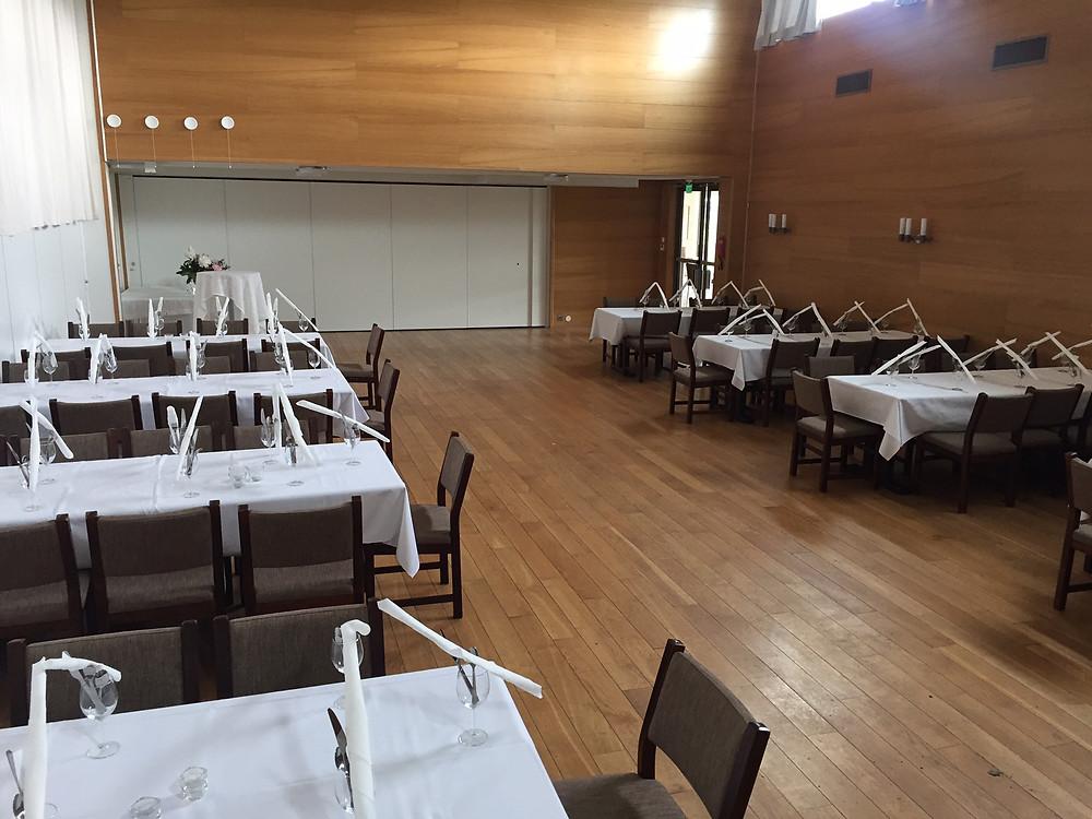 Dekket bord i menighetssal 1