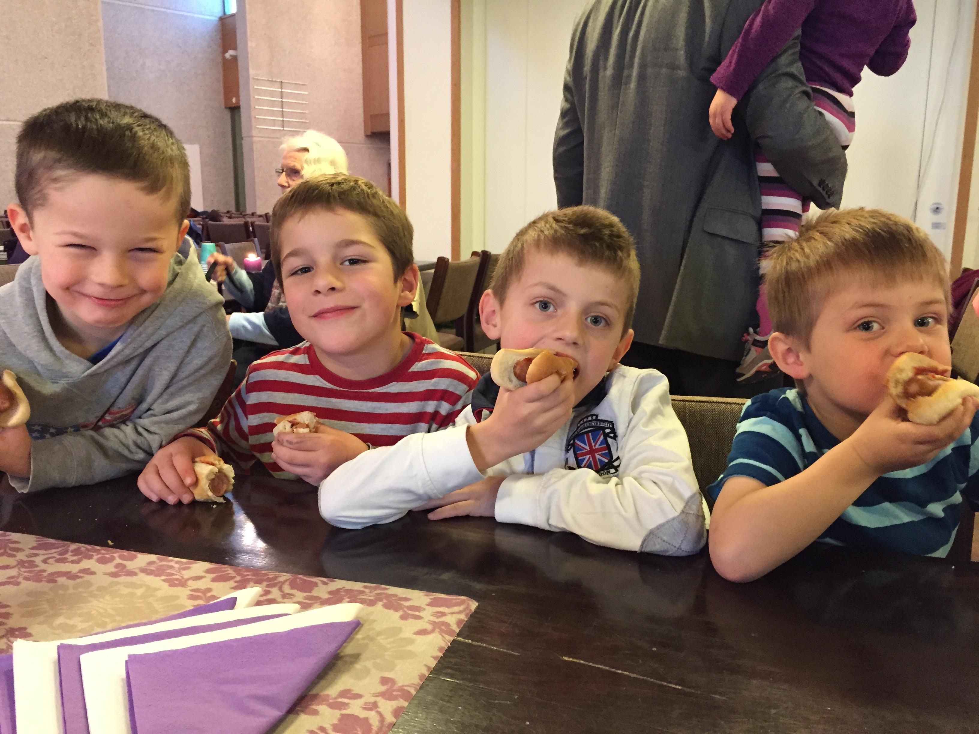 Jakb, Sondre, Albin og Luke koser seg.