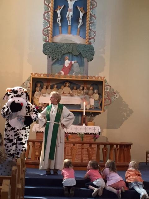 Julebygda 19.06.16 Ragnhild Fasseland, kua Julia og barn