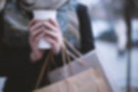 Fille tenant tasse de café