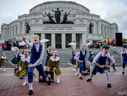 Торжественная церемония открытия сезона фонтанов возле Большого театра оперы и балета