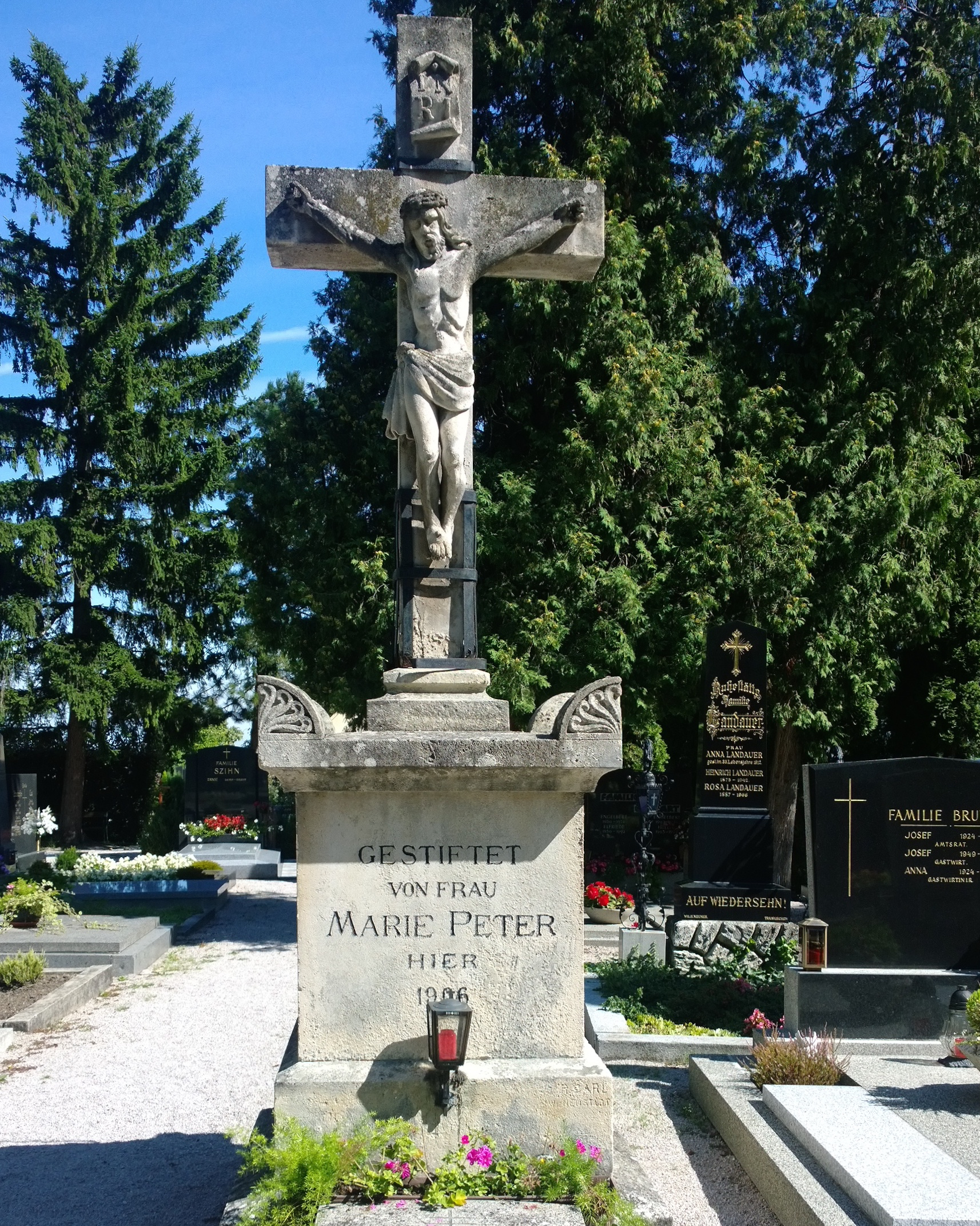 Friedhofskreuz_Münchendorf_davor