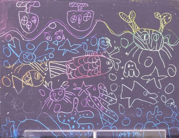 En 1925, Paul Klee peint Le poisson or et la magie des poissons. Les poissons colorés se détachent sur une surface noire et il semble qu'il ait gratté la peinture par endroits, pour faire apparaitre les couleurs du fond. Les enfants ont obtenu un effet similaire en grattant l'encre à gravure étalée sur un fond colorié au pastel gras.
