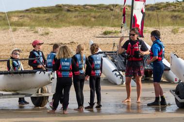 Briefing avant une séance de catamaran