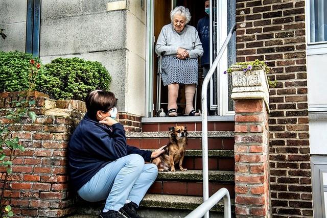 LDC verantwoordelijke op bezoek bij oude dame