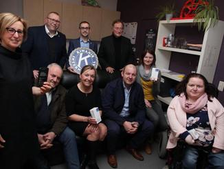 Kiwanis Tabasstreek Wervik schenkt vier smartphones aan ons centrum in Menen
