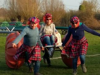 Medewerkers Kortrijk quizzen met paard en kar, dienst Menen houdt Highland Games
