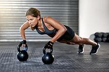 Mujer atlética con Kettlebells