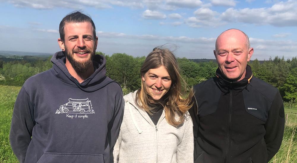 L'équipe agricole de la ferme Le Petit Monde de Desnié : Alexis et Cécile au maraîchage, Renaud à l'élevage