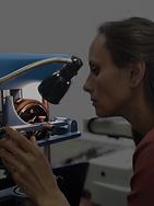 Daphne Berk met graveer machine