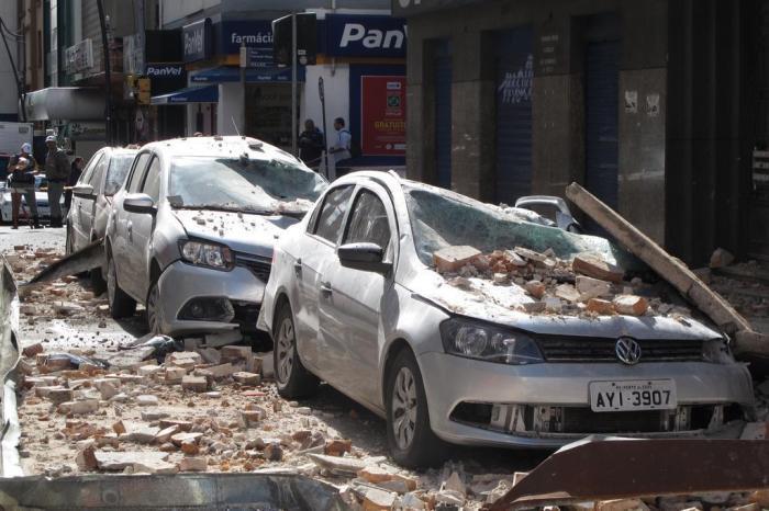 Carros atingidos por marquise em Porto Alegre