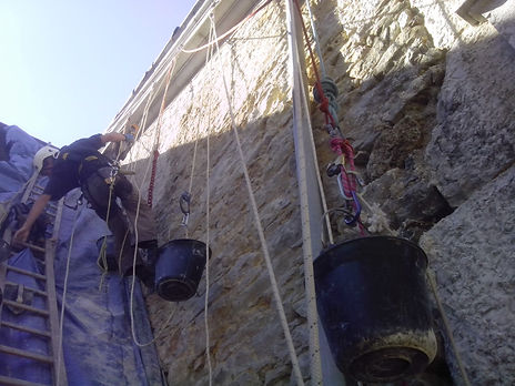 Accord de pierre-Monastère de Sélignac-cordiste-travaux en hauteur-monument historique-patrimoine-rénovation mur pignon-alex Philippet