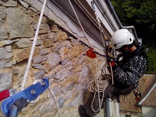 Accord de pierre-Alex Philippet-Monastère de Sélignac-cordiste-travaux en hauteur-monument historique-patrimoine-rénovation mur pignon-technique de cordes