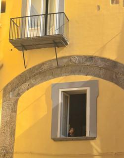 L'arco con stemma dei de Capua oggi