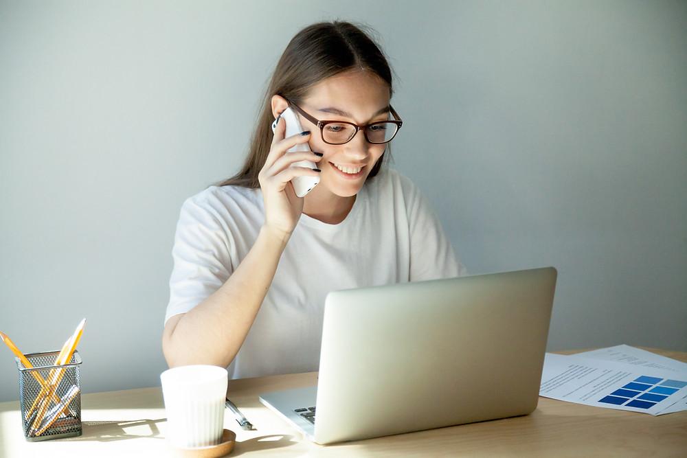 Femme en télétravail devant son ordinateur