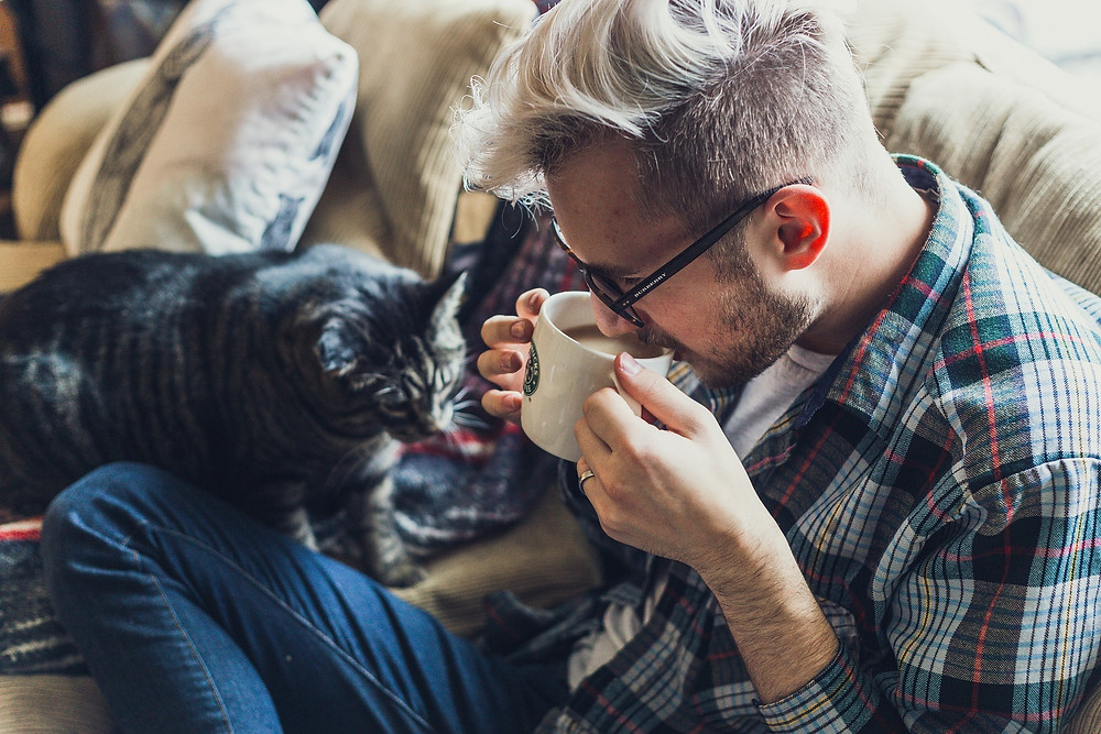 Homme qui boit un café