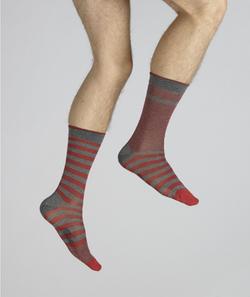 chaussettes rayées asymétriques rouge