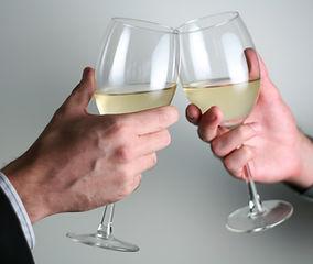 Brindis con copa de vino