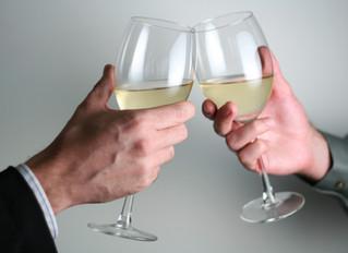 Politikerne bryter loven når de lar barn drikke alkohol.